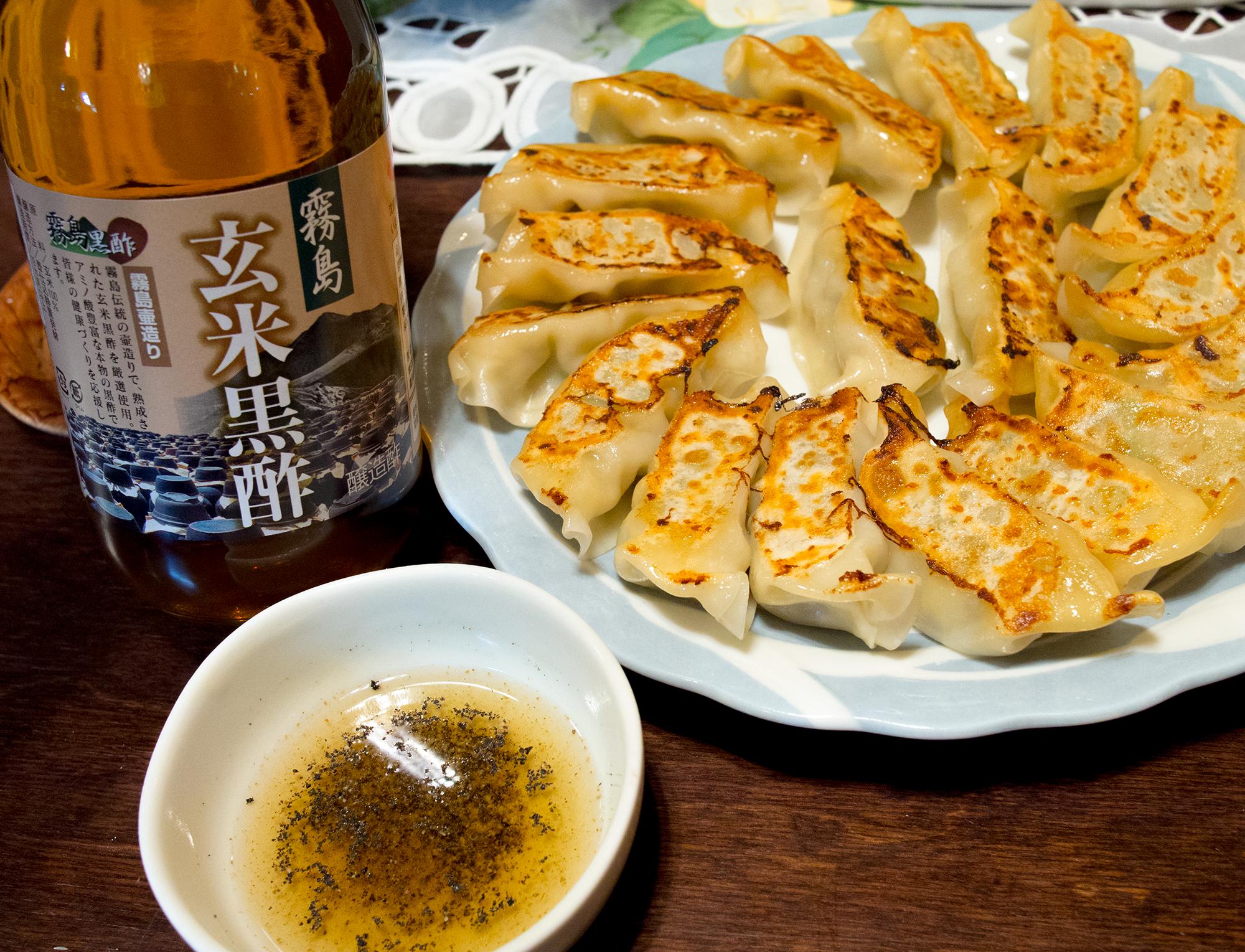 霧島黒酢と胡椒で食べる餃子は絶品です。